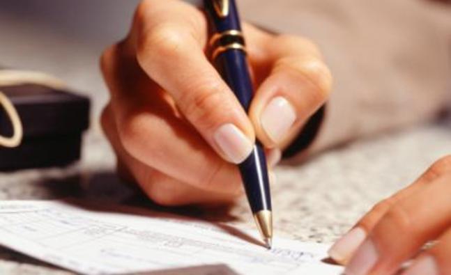woman_writing_422639386.jpg_detail