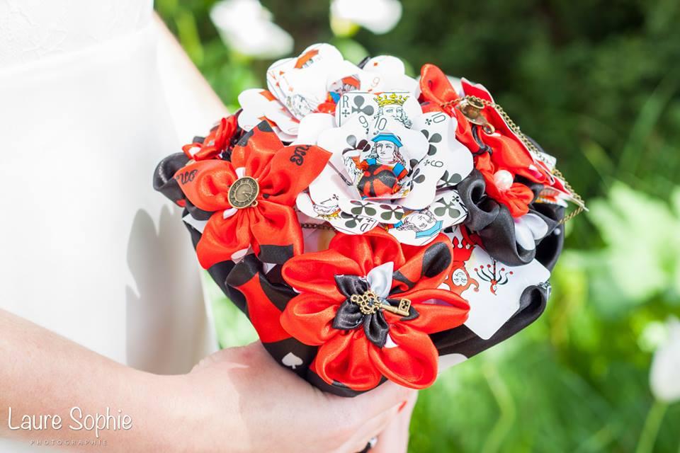 bouquet de fleurs en tissu rouge et noir