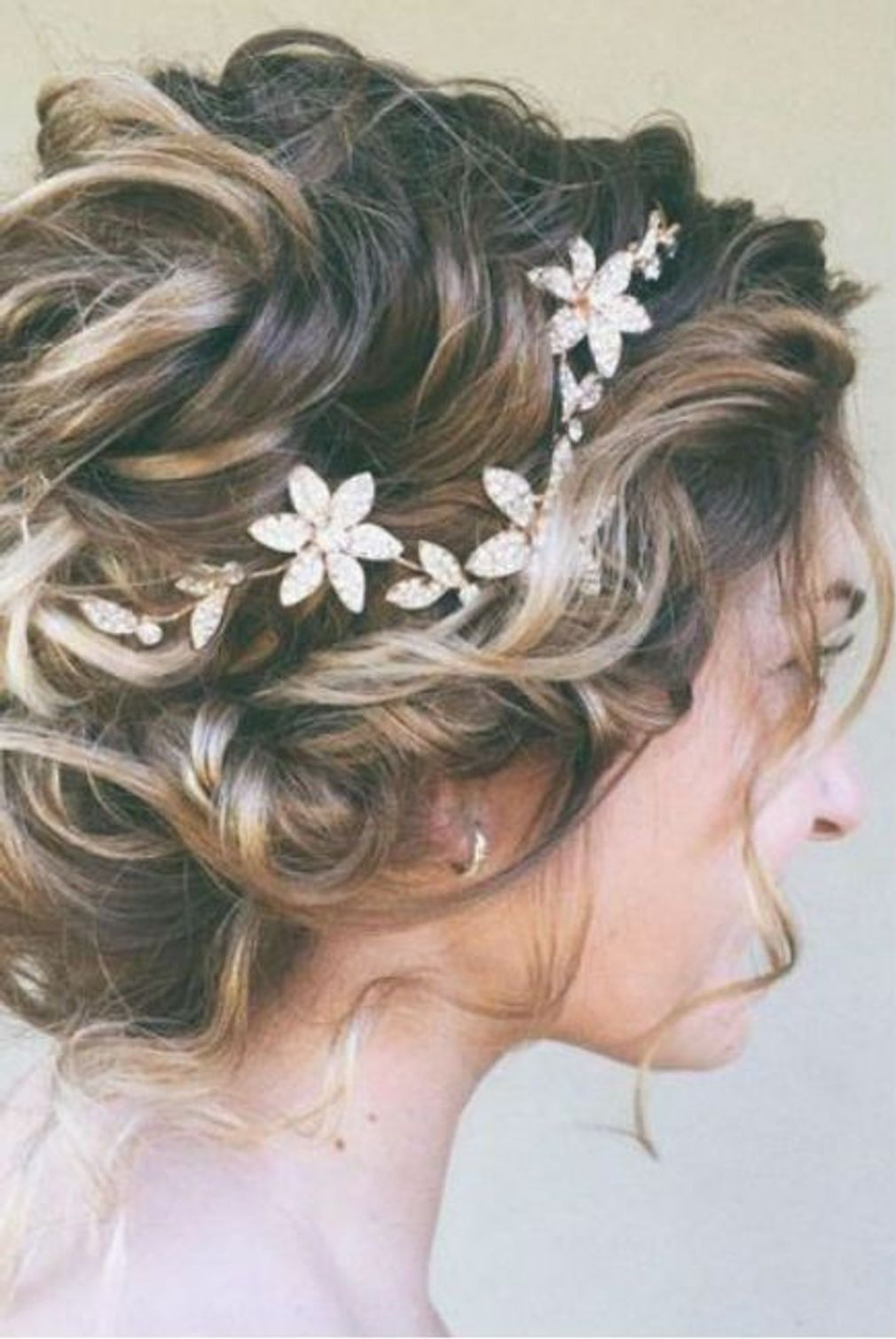 Coiffure-de-mariage-chignon-flou-et-fleurs