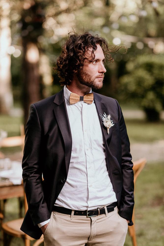 costume de marié et accessoires en bois