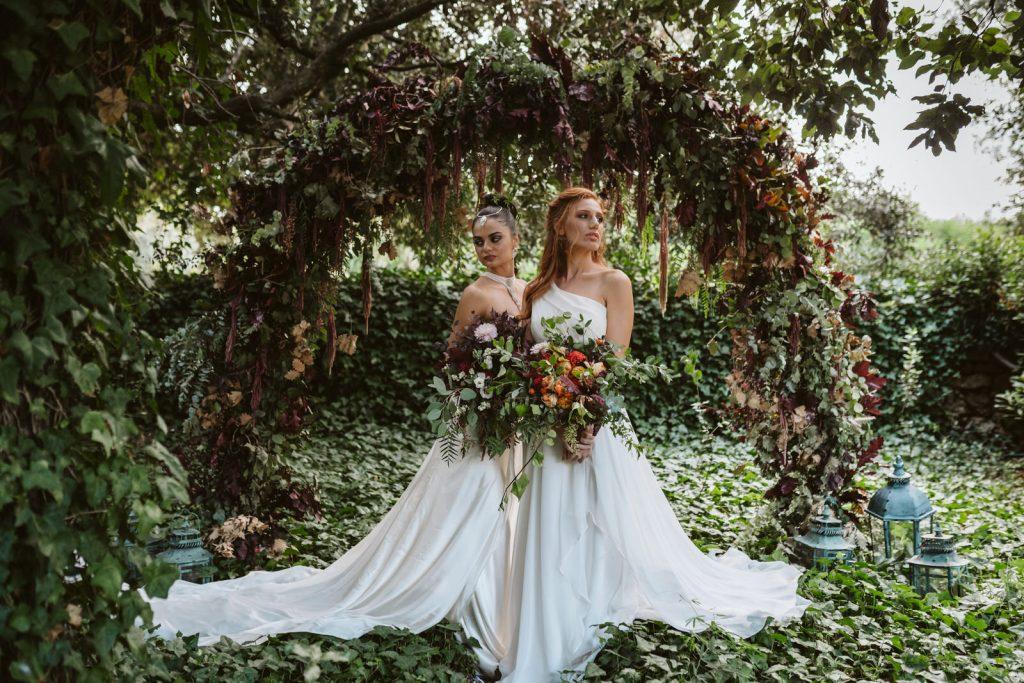 Robes de mariées et végétation de feuillages