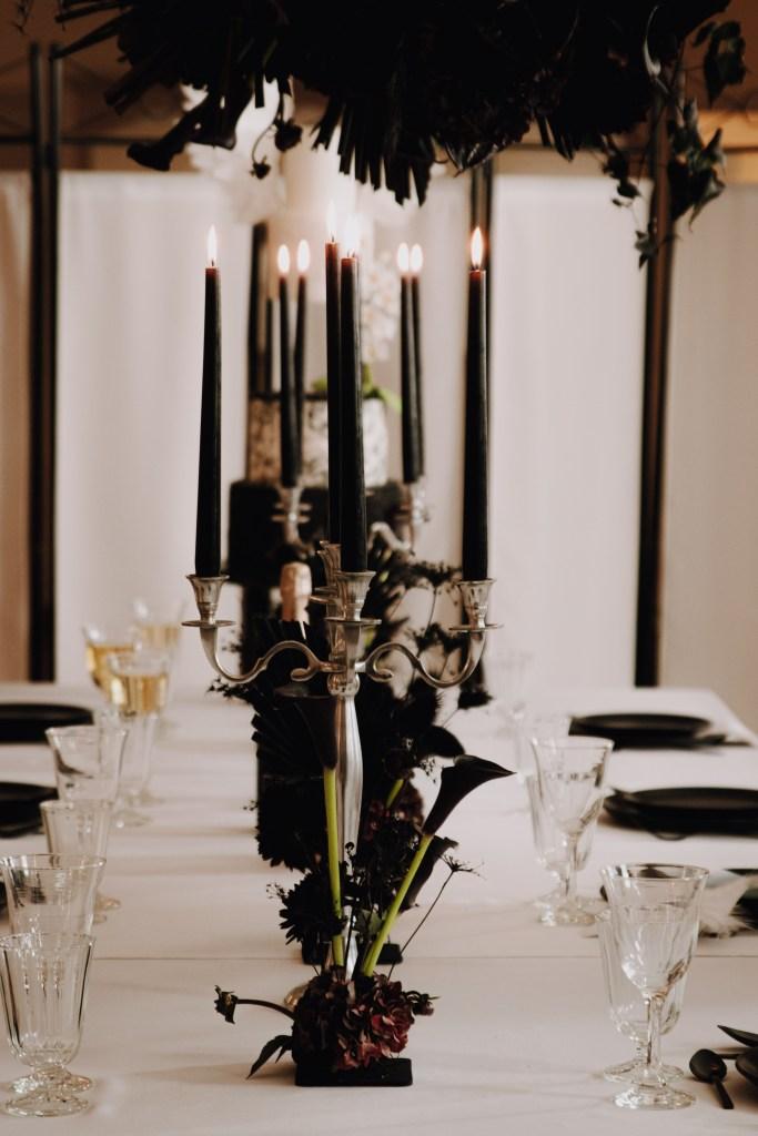 Table de mariage fleurie en noir et blanc