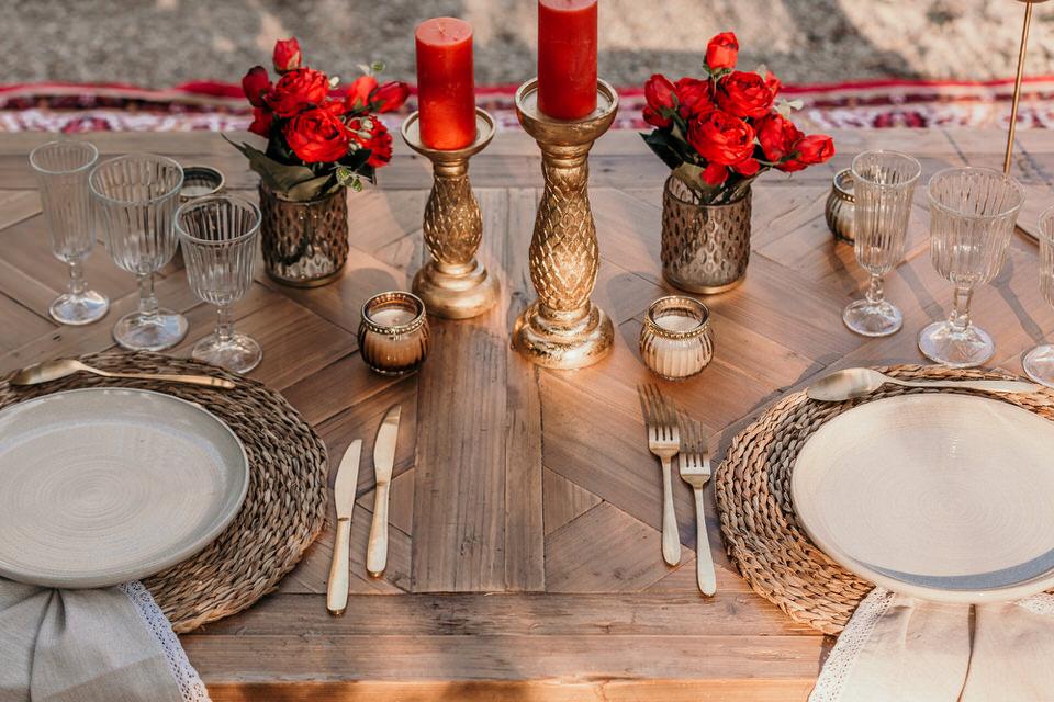 table de mariage bois rouge et doré oriental chic