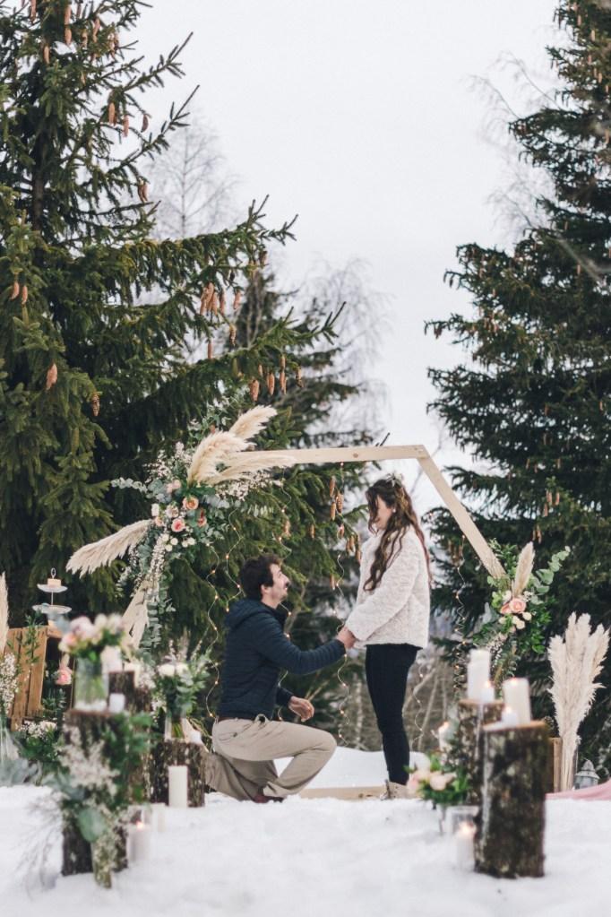 Demande en mariage intimiste sous la neige