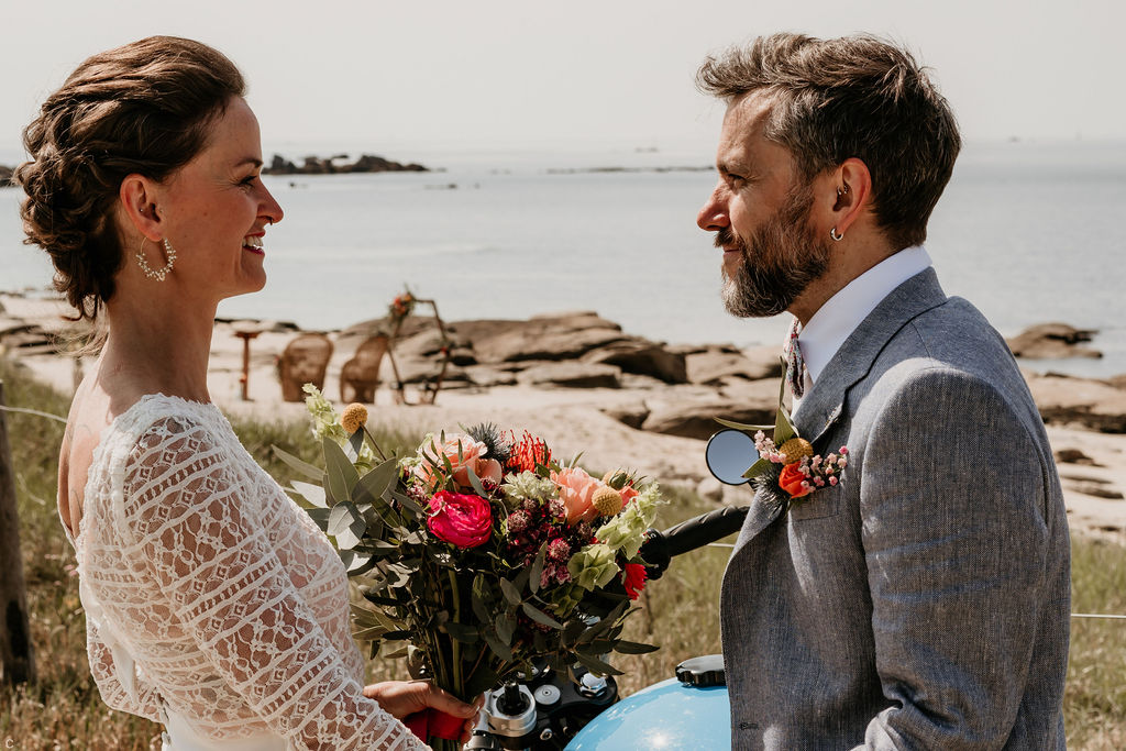 Mariage au bord de la plage mariés tatoués