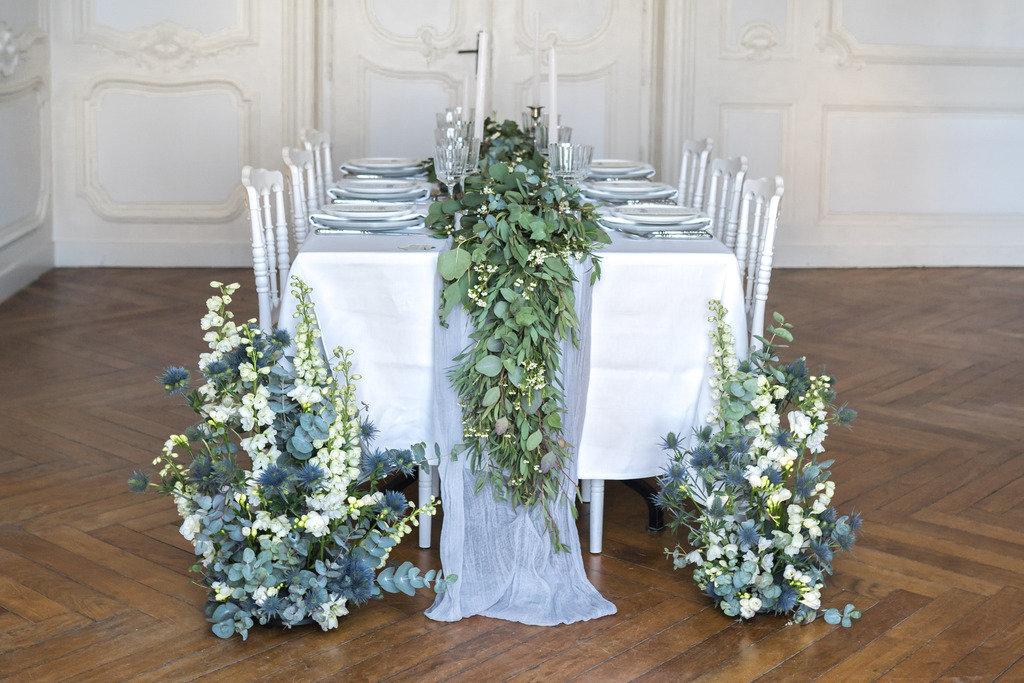 décoration de table végétale feuillage et touches de bleu