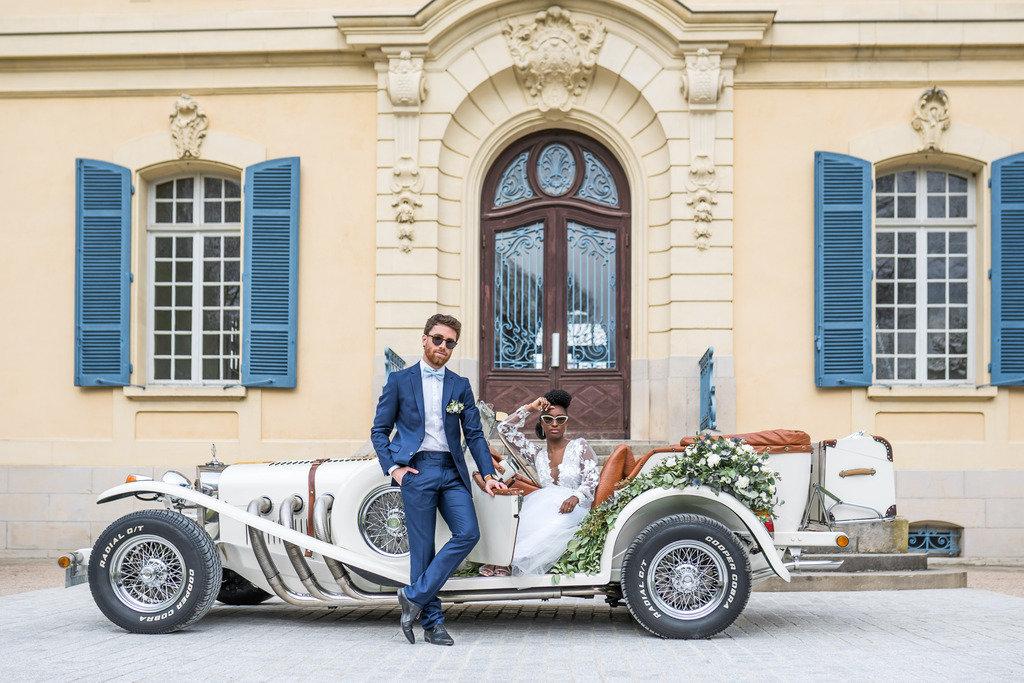 séance photo mariage chic blanc et bleu dans une voiture ancienne