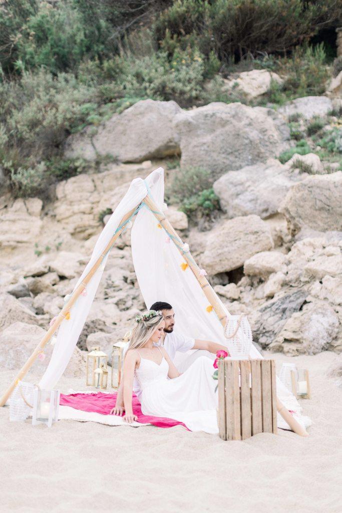mariage sur la plage sous un tipi