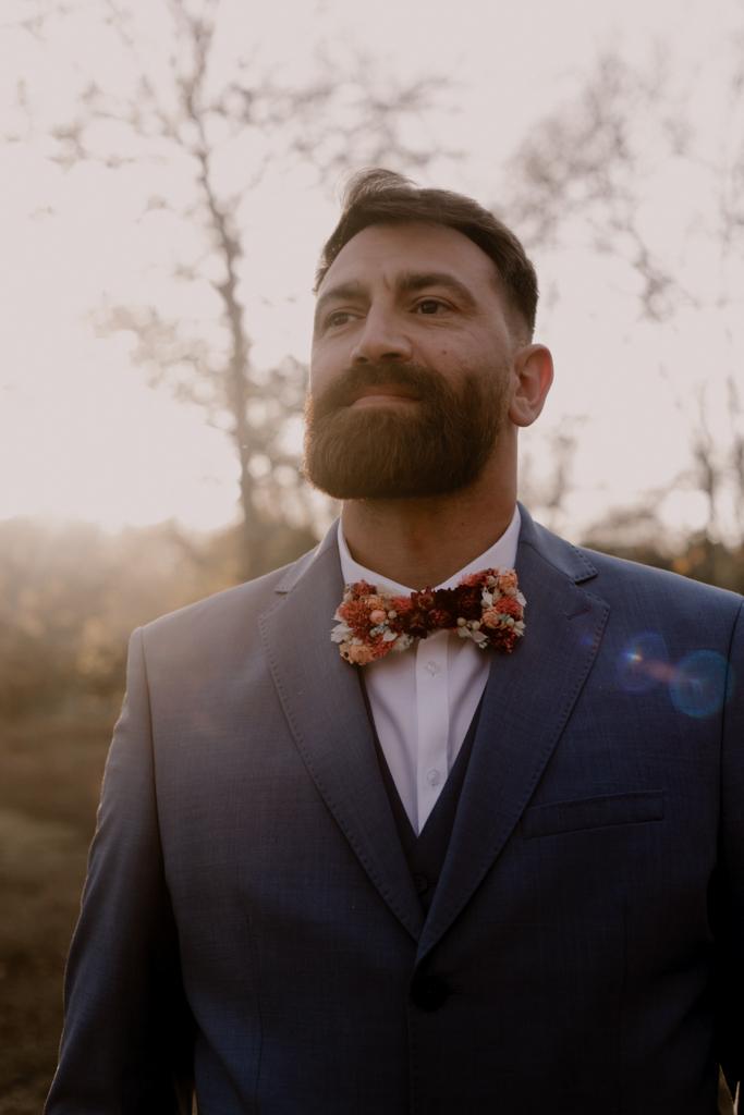 costume marié bleu et noeud papillon fleurs séchées