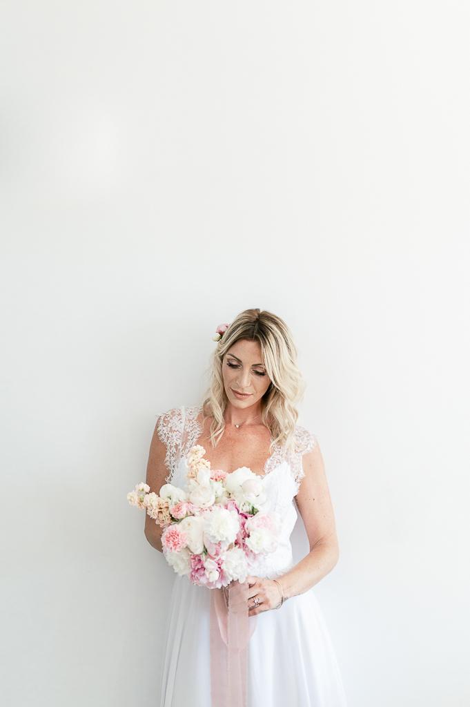Mariée bouquet de fleurs blanches et roses