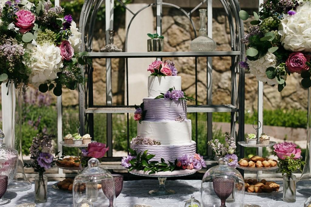 wedding cake violet et blanc