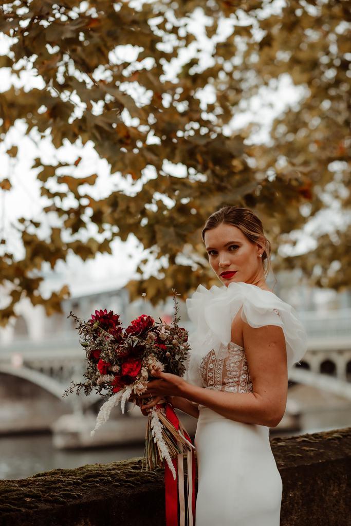 Mariage à la Tour Eiffel bouquet de fleurs rouges