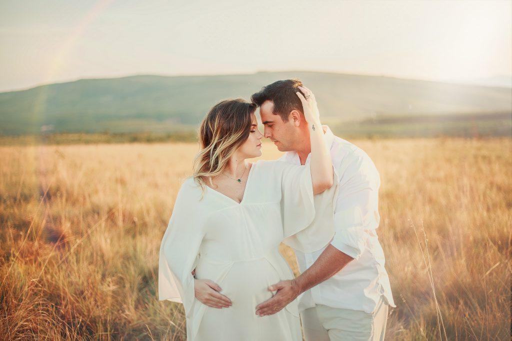 Couple avec une femme enceinte