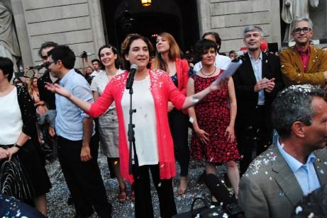 Ada Colau somriu moments abans d'adreçar-se a la gent que omplia la plaça Sant Jaume / Judit Valdés