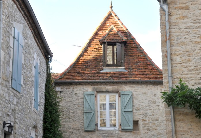 Martel - maison aux volets pastel