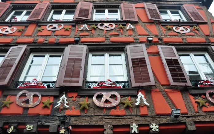 Le marché de Noël médiéval de Ribeauvillé - façade rouge décorée