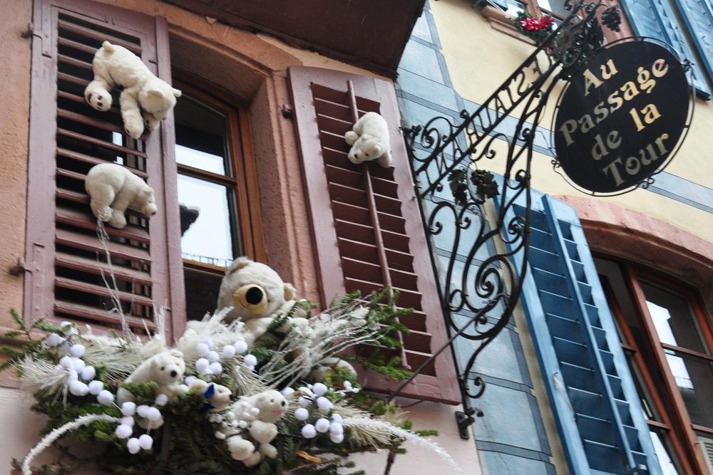 Le marché de Noël médiéval de Ribeauvillé - ours en peluche aux fenêtres