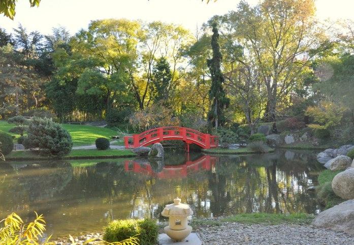 10 lieux moins connus à voir à Toulouse - le pont rouge du jardin japonais