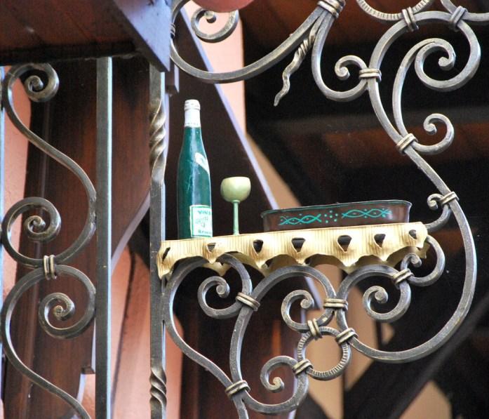 Découvrir Eguisheim en Alsace - enseigne de vigneron