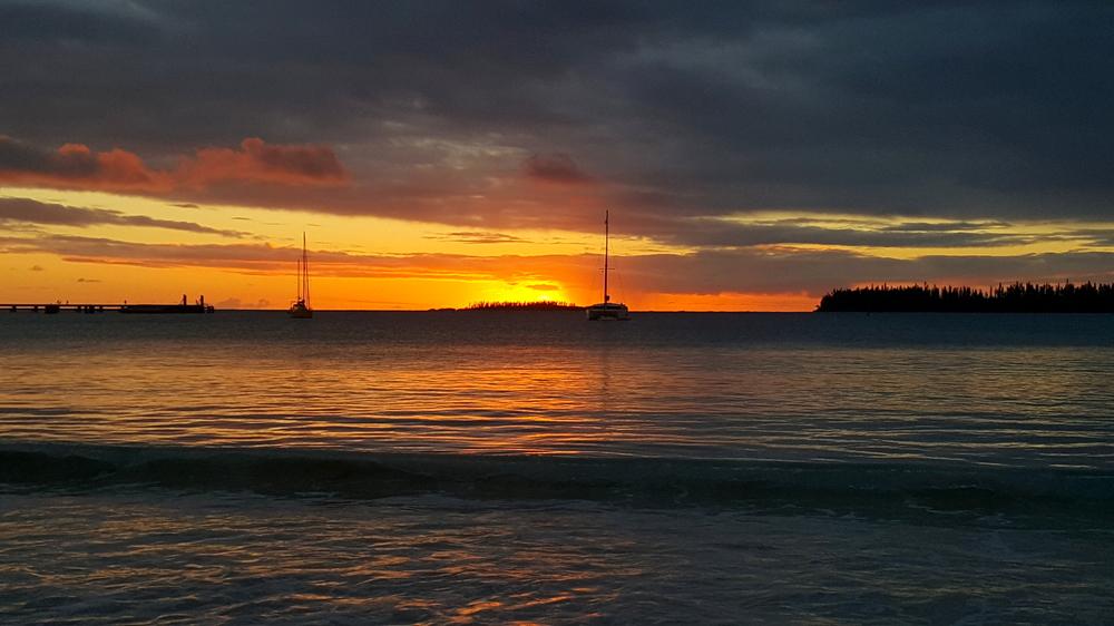 Les îles de Nouvelle Calédonie - coucher de soleil sur la baie de Kuto