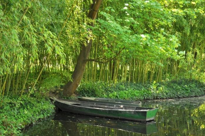 Jardin de Monet à Giverny - barque au milieu des bambous