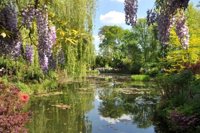 Jardin de Monet à Giverny - bassin aux nymphéas vu du pont