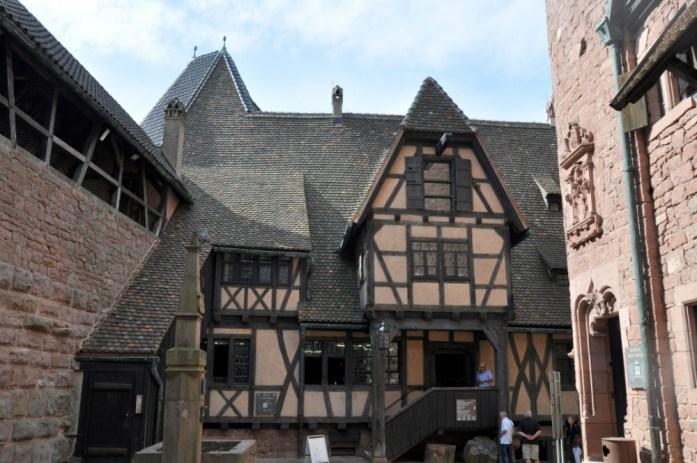 Le Haut Koenigsbourg en Alsace - maisons à colombages de la cour basse
