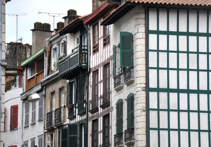 Bayonne en 1 jour - façades à colombages du petit Bayonne