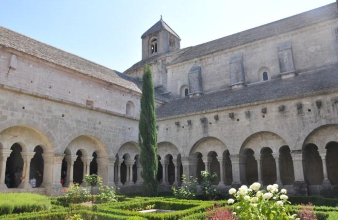 La Marinière en Voyage - le cloître de l'abbaye de Sénanque