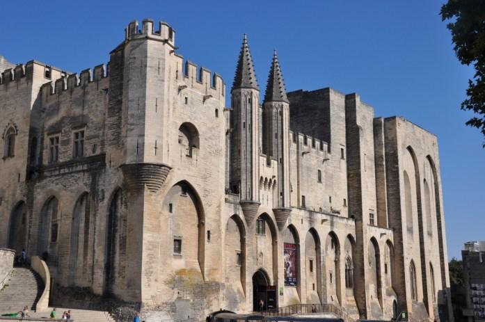 Visiter Avignon et le Palais des Papes en une journée - place du palais