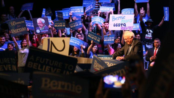 Mitin de Bernie Sanders en el Teatro Verizon en Grand Prairie (entre Dallas y Fort Worth) el sábado 27 de febrero de 2016. Foto: Steve Rainwater, Irving, USA. Wikimedia Commons.