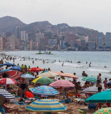 Playa de Levante, Benidorm, España. Foto: Diego Delso, Wikimedia Commons