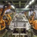 Robots del fabricante alemán KUKA en una línea de producción de automóviles. Foto: Wikimedia.