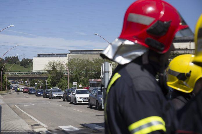 Concentración de bomberos de ArcelorMittal en la entrada de Trasona de la planta de Avilés. 27 de abril de 2018 Foto: Alisa Guerrero.