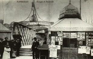 Les kiosques à l'entrée de la passerelle côté Barques de Cité au début du XXe siècle Collection particulière