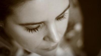 la méditation se pratique les yeux fermés
