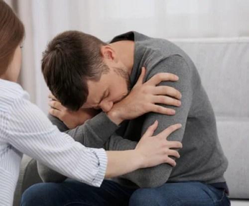 Hombre con depresión acompañado de su novia