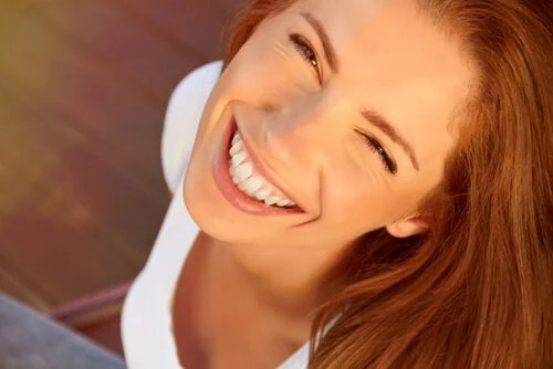 Mujer con una gran sonrisa