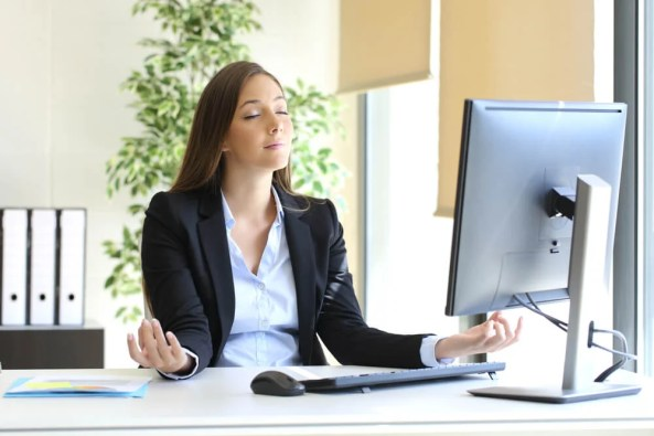 Mujer respirando en su lugar de trabajo