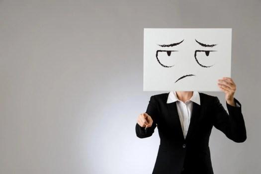Femme avec un signe avec un visage triste sur son visage