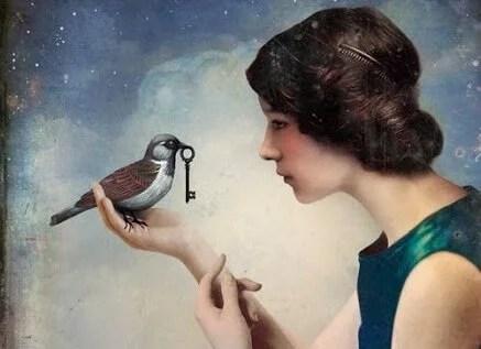 Mulher com um pássaro com uma chave em seu bico
