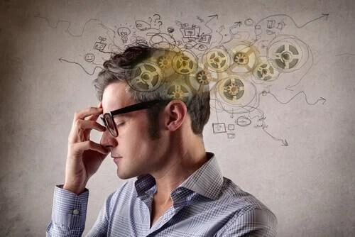Hombre pensando en el sesgo de negatividad