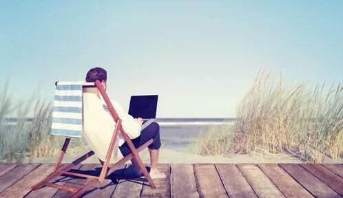 Hombre trabajando con vistas al mar