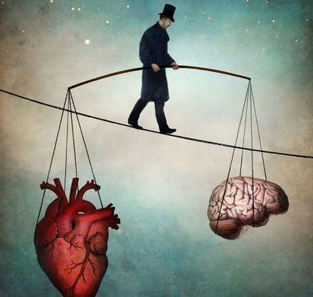 Hombre sujetando corazón y cerebro