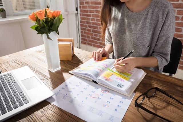 Mujer apuntando en su agenda