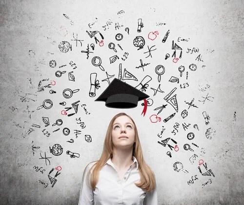 Mujer joven memorizando información