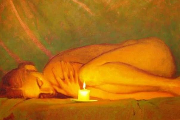 mujer tumbada frente a una vela