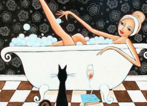 Mujer bañándose acompañada por un gato negro