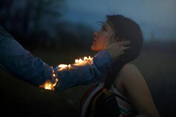 hombre con fuego en el brazo representando los odios