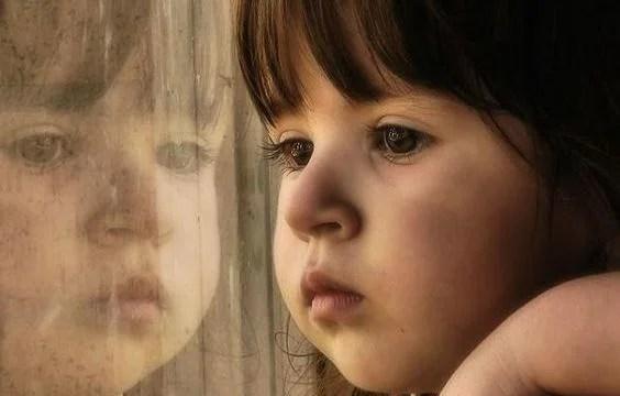 niña junto a su reflejo
